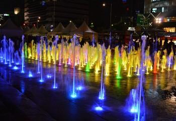яркий светомузыкальный фонтан