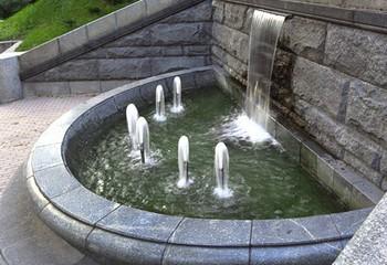 садовый фонтан с водопадом