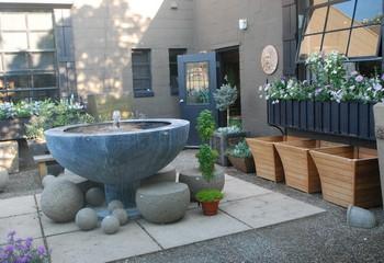садовый фонтан с чашей