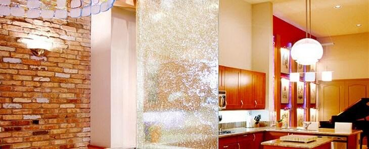 фонтан водопад по стеклу в квартире