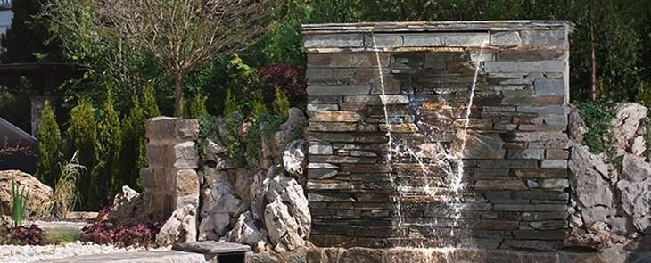 садовый фонтан водопад по камню