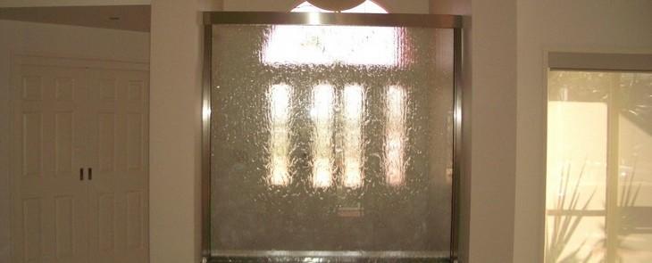 домашний водопад по стеклу
