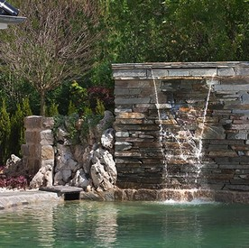 Фонтан водопад по камню